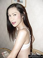 Slim tranny shows her perfect body