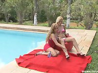 Shemale fucks girl cunt poolside